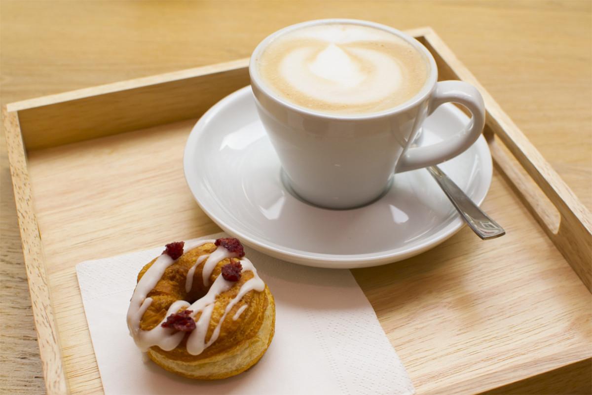 Veganer Cronut mit einem Cappuccino